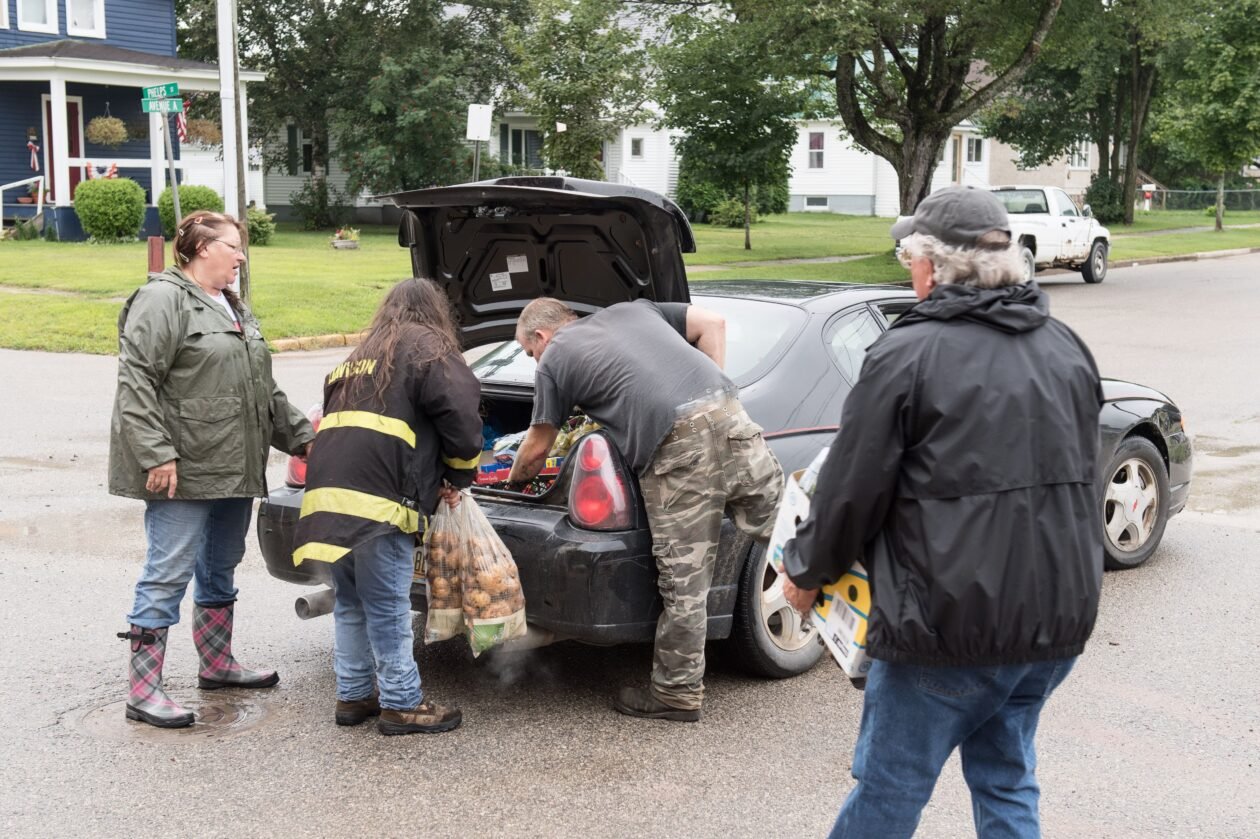 U.P. volunteers fill car with with food at Mobile Pantry